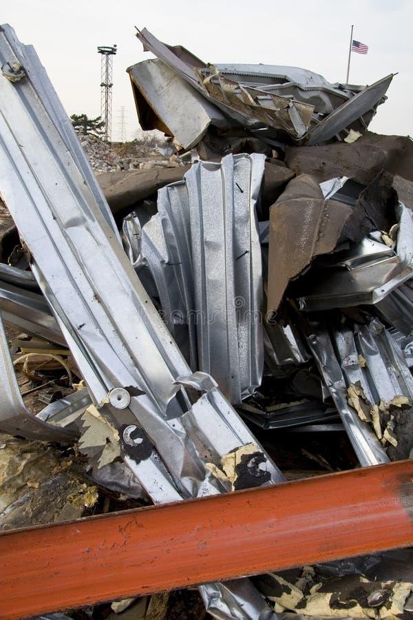 Métal tordu de la construction détruite image stock