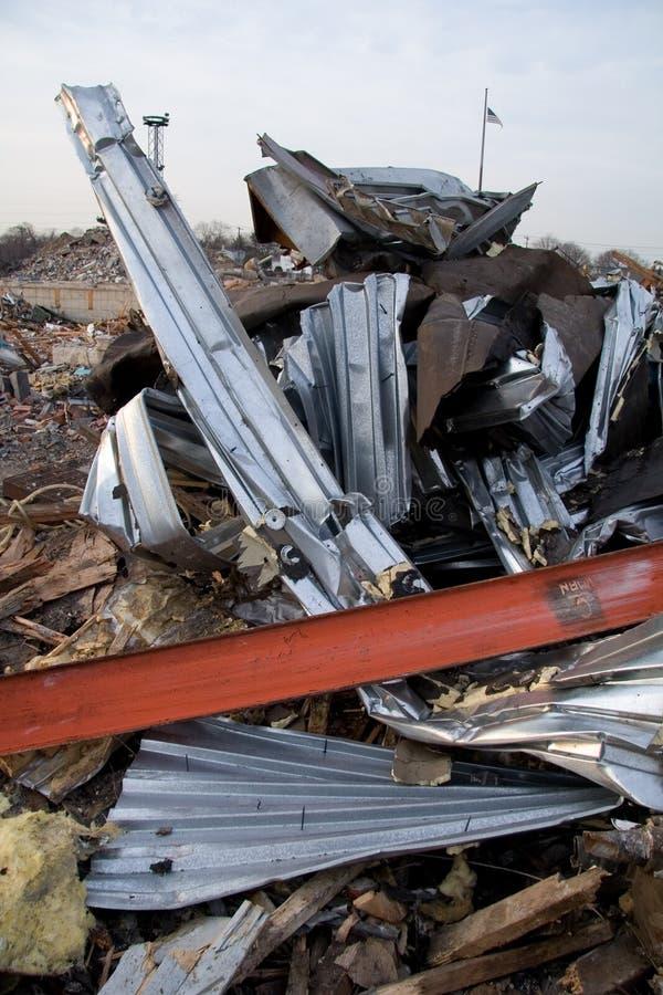 Métal tordu de la construction détruite photo stock