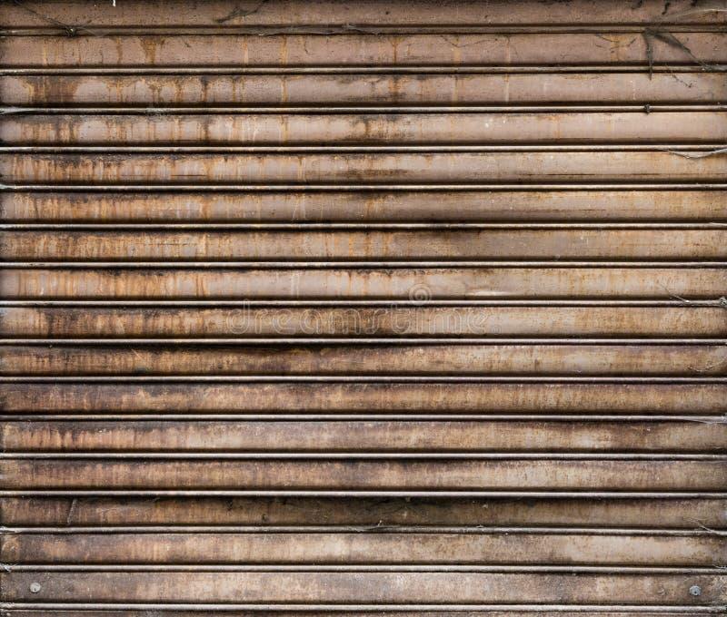 Métalliques superficiels par les agents sales enroulent la porte Porte rouillée de fer photos stock