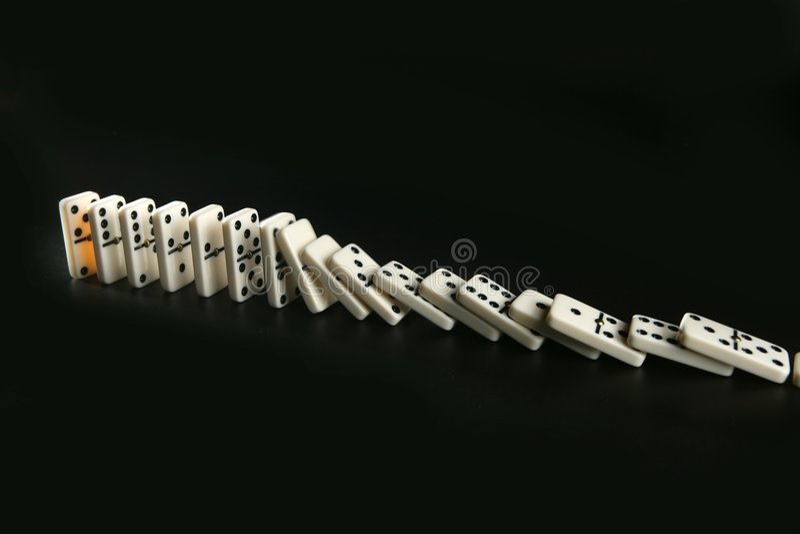 métaphore de jeu de domino d'affaires photo libre de droits