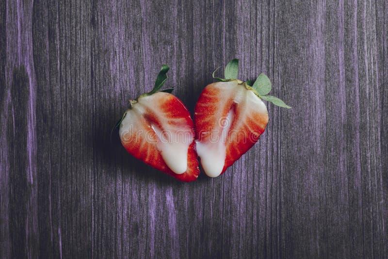 M?taphore de sexe avec des fraises sur la table pourpre image libre de droits