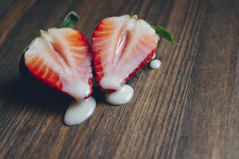 Métaphore de sexe avec les fraises et le lait sur la table photo libre de droits