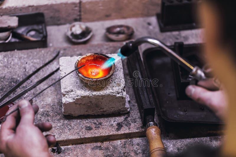 Métaux précieux de fonte dans le creuset Déroulement des opérations dans un atelier de bijoux images libres de droits