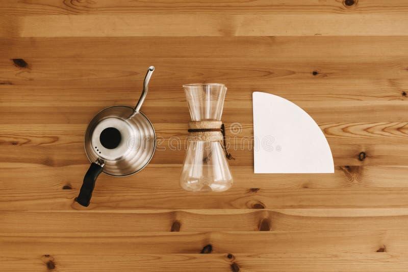 Méthode alternative de brassage de café, configuration plate Accessoires et articles élégants pour le café alternatif sur la tabl photos stock