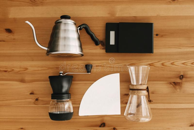 Méthode alternative de brassage de café, configuration plate Accessoires et articles élégants pour le café alternatif sur la tabl photographie stock