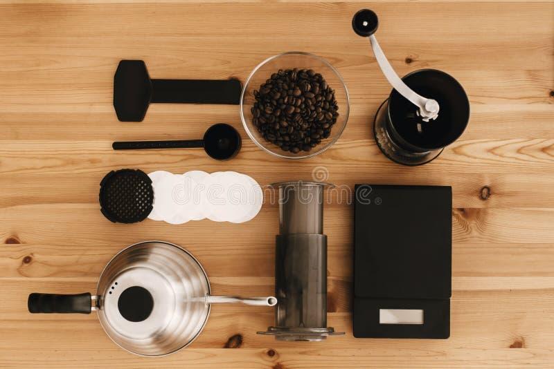 Méthode alternative de brassage de café, configuration plate Accessoires et articles élégants pour le café alternatif sur la tabl photographie stock libre de droits