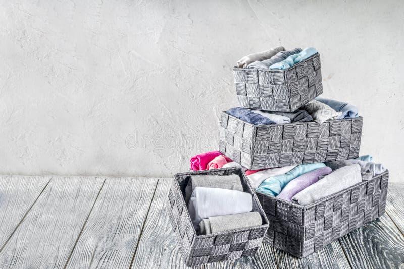 Méthode de rangement verticale de vêtements de Marie Kondo photo libre de droits