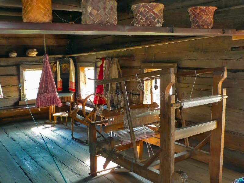 Métier à tisser antique en bois dans une maison en bois image libre de droits