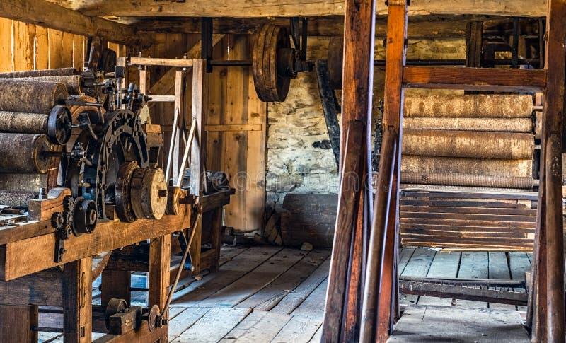 Métier à tisser de tissage antique dans un intérieur d'une hutte en bois de rondin photo libre de droits