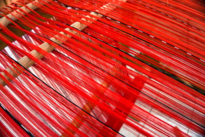 Métier à tisser ficelé avec des fils de rouge pour le tissage photo stock
