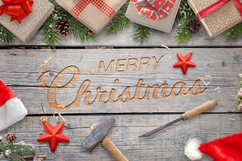 Métier de main de Noël sur la surface en bois avec le marteau et le burin photos libres de droits