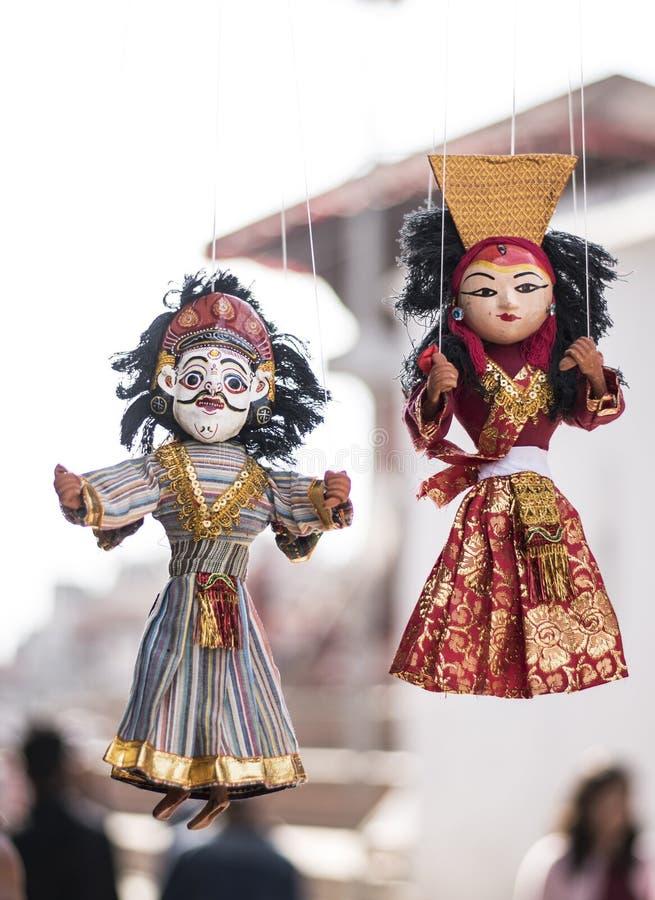Métiers et souvenir locaux des marionnettes traditionnelles accrochant en vente images stock
