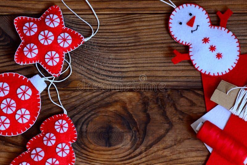 Métiers faciles de Noël pour que des adultes ou des enfants fassent Étoile de feutre, arbre de Noël, bonhomme de neige et boule s image stock
