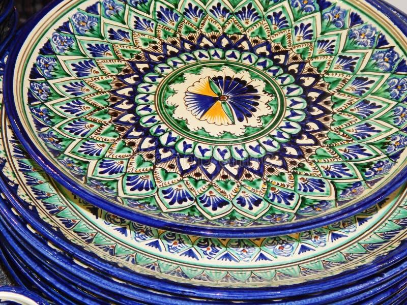 métiers Une pile des plats peints avec un modèle oriental Ladja-2014 photos stock
