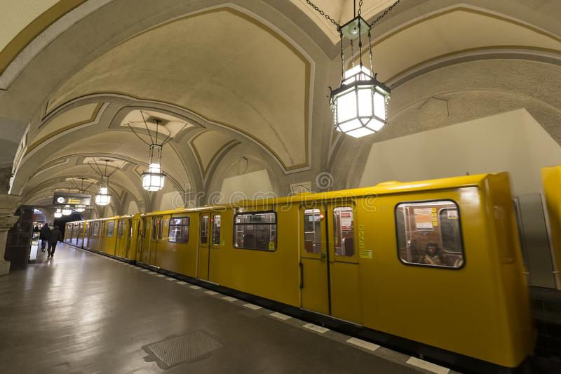 Métro à la station de Heidelberger Platz à Berlin images stock
