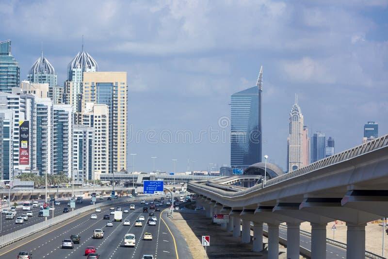 Download Métro De Dubaï Dans Un Jour D'été à Dubaï Photo éditorial - Image du financier, longeron: 77157656