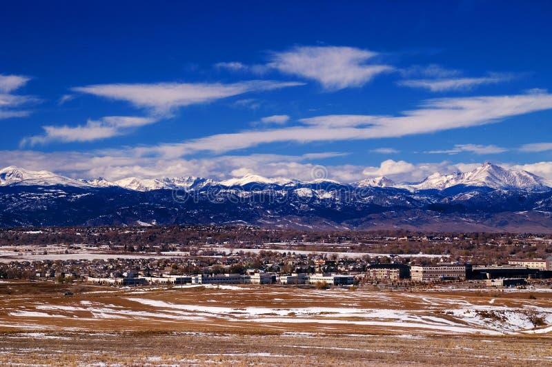Métro Denver avec les montagnes rocheuses images stock