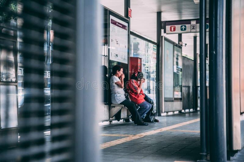MÉXICO - 19 DE SEPTIEMBRE: Dos mujeres mexicanas que lloran en una parada de autobús en Ciudad de México después del terremoto imagenes de archivo