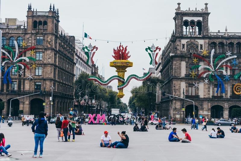 MÉXICO - 20 DE SEPTIEMBRE: Edificios del gobierno en la plaza de Zocalo adornada con los ornamentos para celebrar el Día de la In imagen de archivo libre de regalías