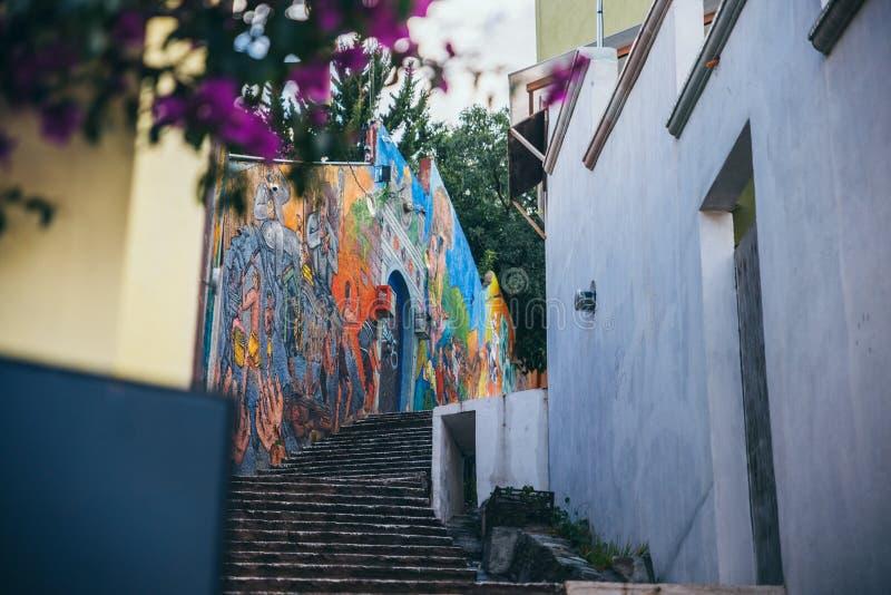 MÉXICO - 23 DE SEPTIEMBRE: Escalera con graffities coloridos en imagen de archivo libre de regalías