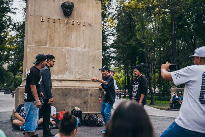 MÉXICO - 20 DE SEPTIEMBRE: Hombres jovenes que tienen una batalla del rap en la plaza de Beethoven adentro en el centro de la ciu imagenes de archivo