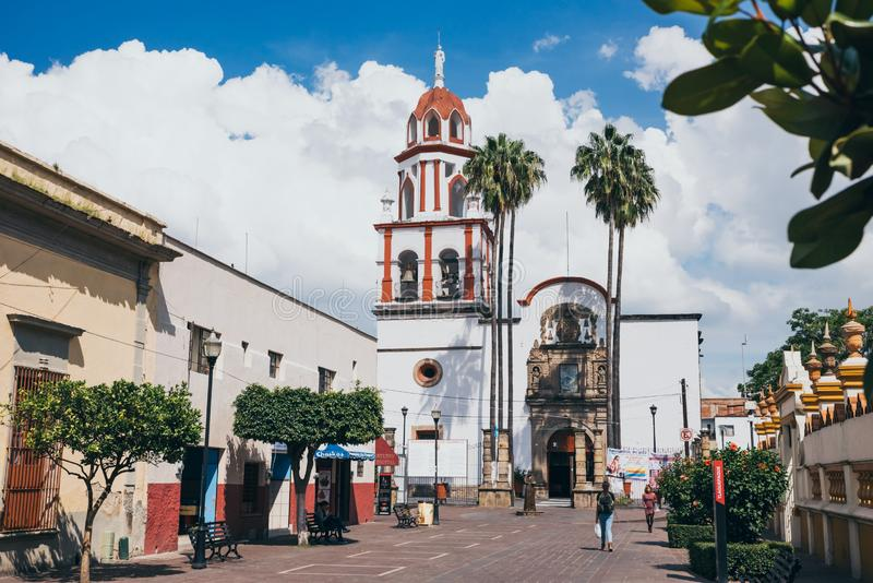 MÉXICO - 25 DE SEPTIEMBRE: Iglesia blanca y anaranjada, el 25 de septiembre, 2 imagenes de archivo