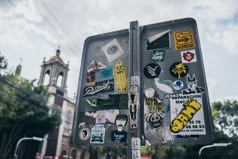 MÉXICO - 19 DE SEPTIEMBRE: Las etiquetas engomadas en la parte de atrás de un estacionamiento firman adentro las calles de Ciudad fotografía de archivo libre de regalías