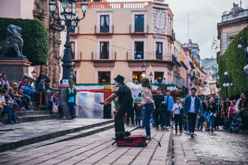 MÉXICO - 23 DE SEPTIEMBRE: Mime que hace a un ejecutante de la calle para un cuervo imagenes de archivo