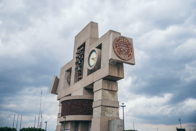 MÉXICO - 20 DE SETEMBRO: Cronometre o monumento na basílica do quadrado de Guadalupe com o calendário maia encaixado em um lado foto de stock