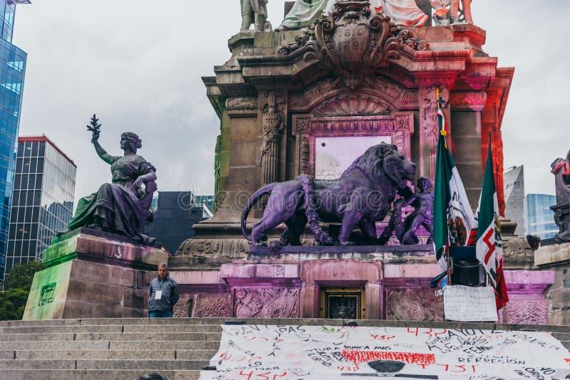 MÉXICO - 20 DE SETEMBRO: Detalhe do leão e e de monumentos da senhora nos pés do anjo da independência no paseo Reforma fotos de stock
