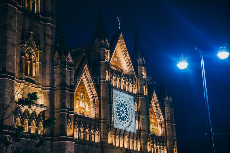 MÉXICO - 25 DE SETEMBRO: Igreja iluminada noite o 25 de setembro, foto de stock royalty free