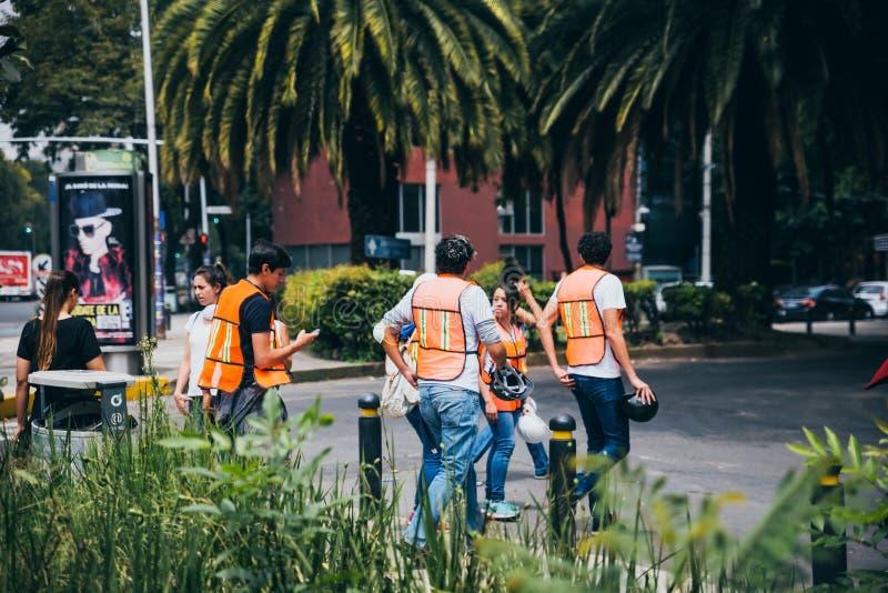 MÉXICO - 20 DE SETEMBRO: Povos civis que oferecem-se para ajudar a salvar vítimas do terremoto fotografia de stock