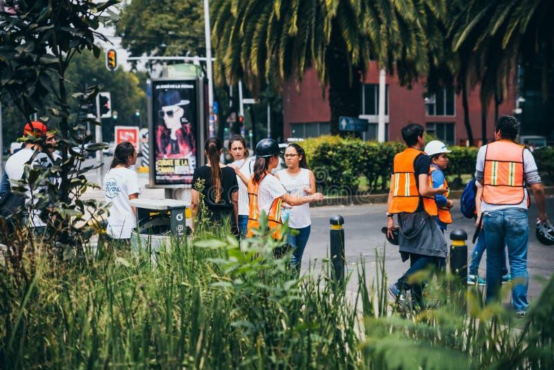 MÉXICO - 20 DE SETEMBRO: Povos civis que oferecem-se para ajudar a salvar vítimas do terremoto fotos de stock royalty free