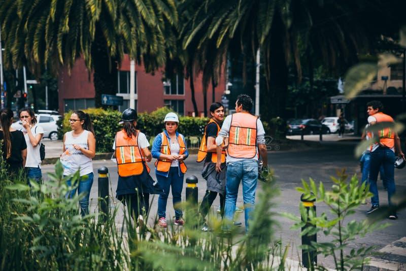 MÉXICO - 20 DE SETEMBRO: Povos civis que oferecem-se para ajudar a salvar vítimas do terremoto imagens de stock royalty free