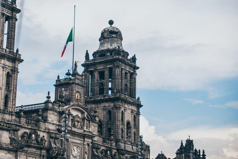 MÉXICO - 20 DE SETEMBRO: Torre da catedral metropolitana de México no quadrado de Zocalo foto de stock