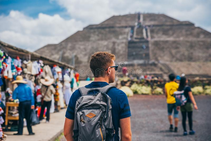 MÉXICO - 21 DE SETEMBRO: Turista com uma trouxa e os óculos de sol que anda para a pirâmide do sol fotos de stock royalty free