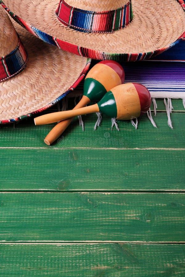 México esverdeia os sombreiros mexicanos de madeira março do de Mayo do cinco do fundo imagens de stock royalty free