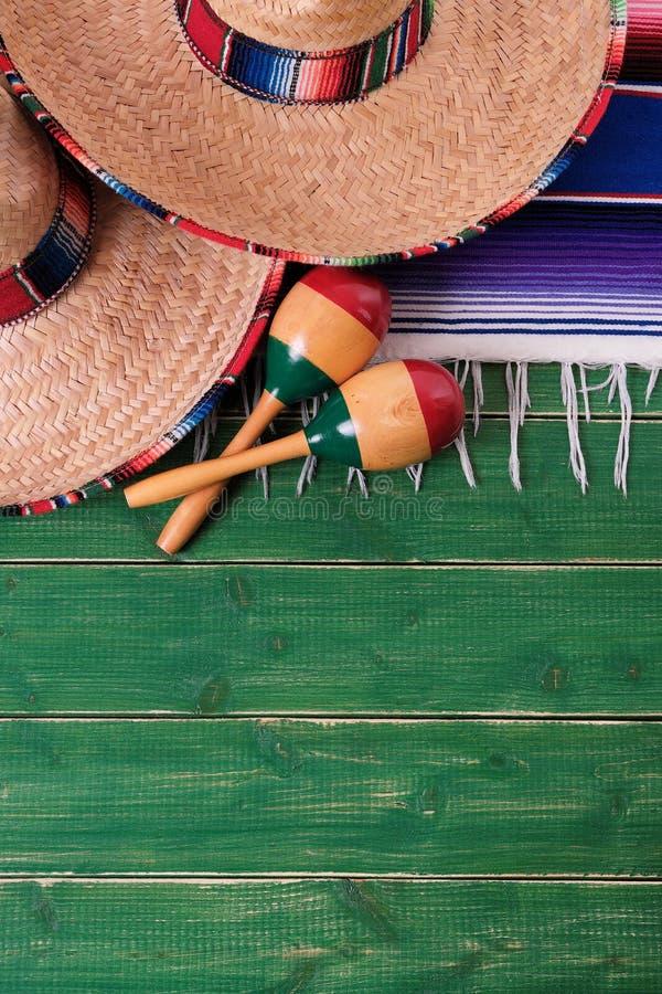 México esverdeia os sombreiros mexicanos de madeira março do de Mayo do cinco do fundo fotografia de stock royalty free