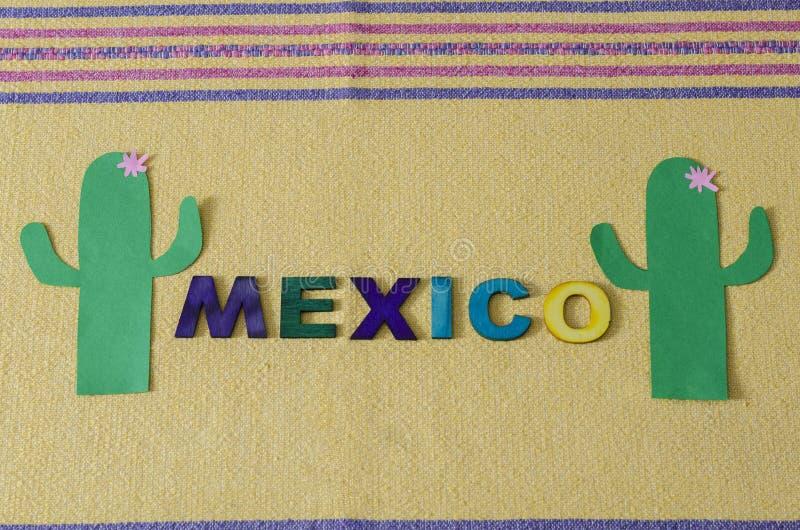 México fez das letras de madeira coloridas e do cacto verde de papel