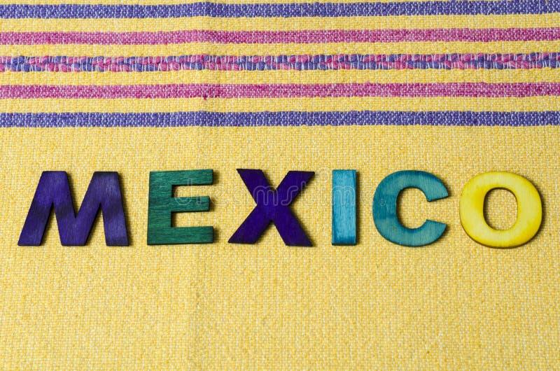 M?xico fez das letras de madeira coloridas