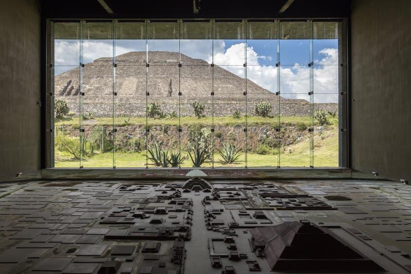MÉXICO, o 9 de junho de 2016: Interior das pirâmides Museu de Teotihuacan foto de stock royalty free