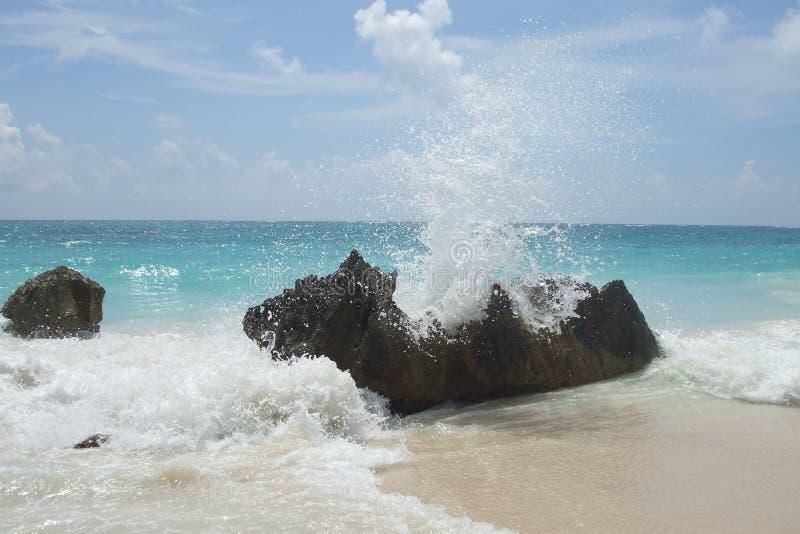 México - playa con salpicar el mar foto de archivo