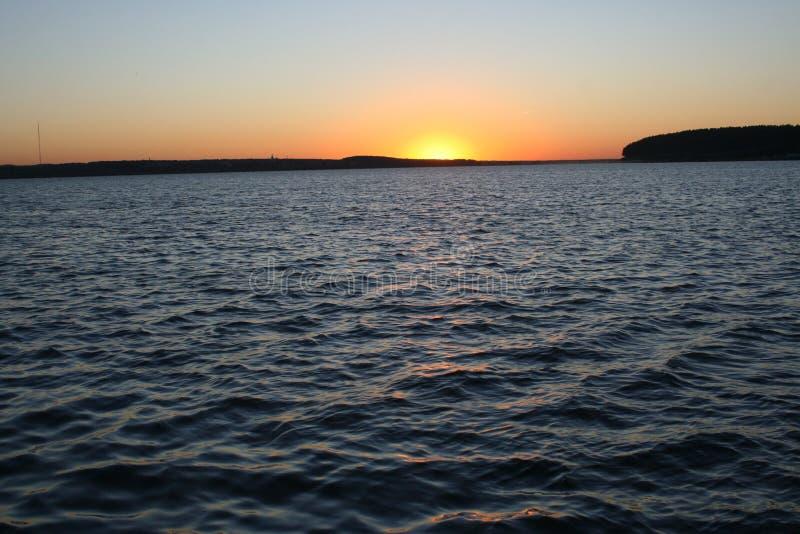 Même des vagues dans le coucher de soleil images libres de droits