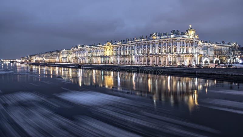 Même la dérive de glace sur la rivière de Neva à St Petersburg photo libre de droits