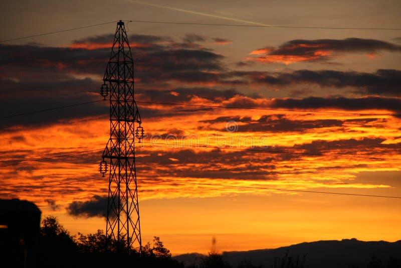 Même la tour électrique semble gentille dans le coucher du soleil coloré images libres de droits