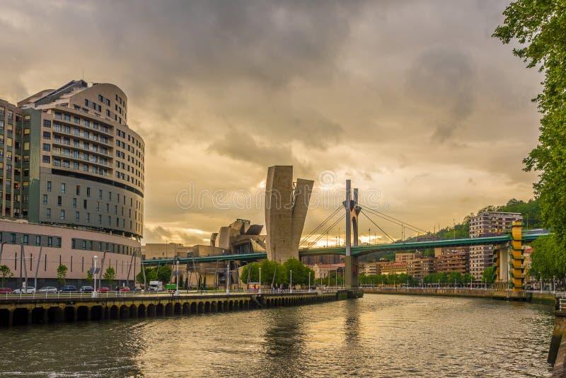 Même la vue au remblai de la rivière de Nervion avec le pont d'onguent de La à Bilbao - en Espagne photographie stock