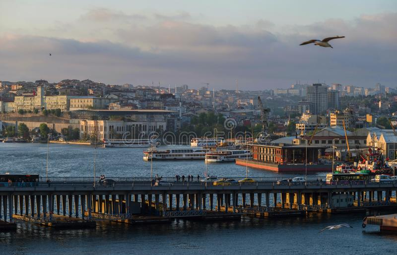 Même la vue de la baie d'or de klaxon avec le pont d'Ataturk sur le fond d'une partie européenne d'Istanbul photo libre de droits