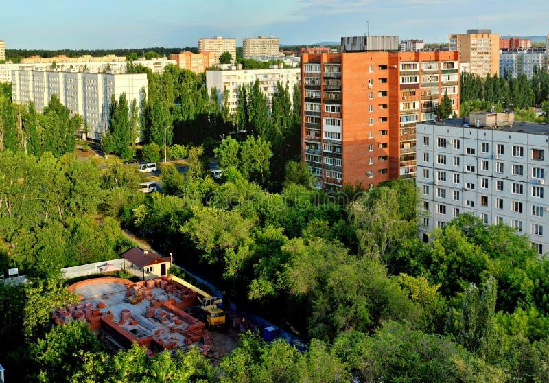Même la vue du temple du séraphin de Sarov en construction photo stock