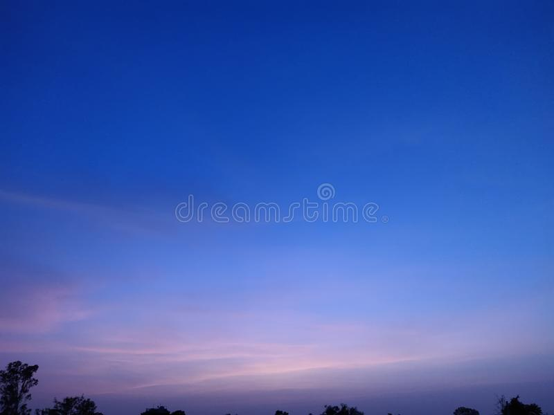 Même le ciel et stupéfier le ciel coloré images stock