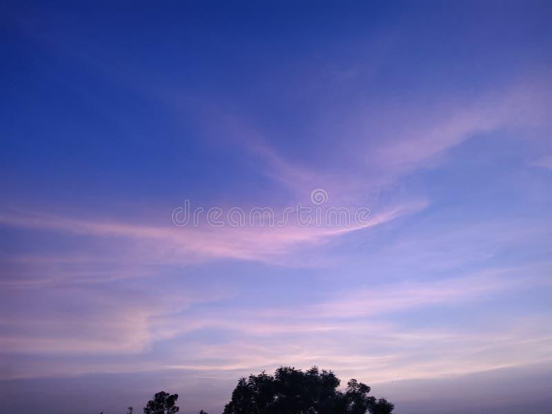 Même le ciel et stupéfier le ciel coloré photos stock